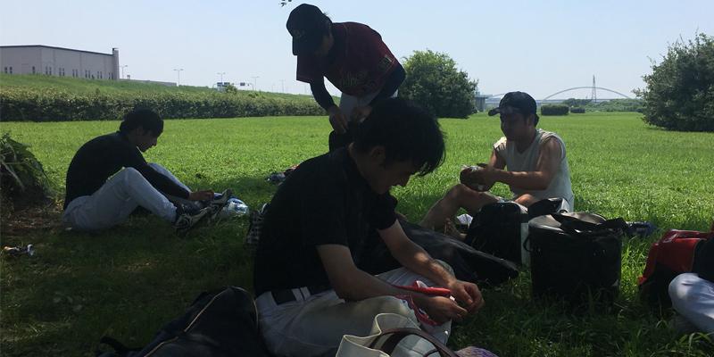 淀川河川敷での草野球終了。みんなバテバテ