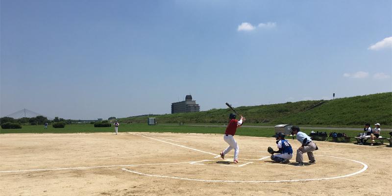 淀川河川敷で草野球の試合